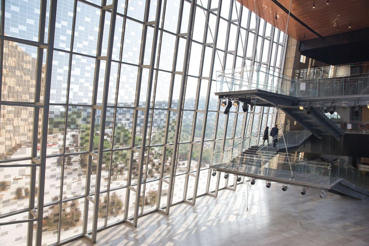 (3) صورة لمبنى جامعة نورثويسترن الجديدمن الداخل - Interior shot of the new NU-Q building.jpg