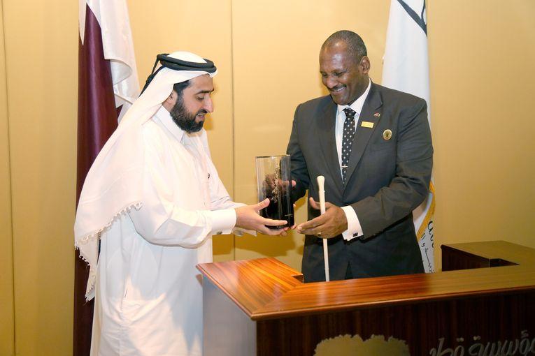 Abdul Rahman Al-Sadiq Al-Mahdi, receives a commemorative gift from Qatar Foundation