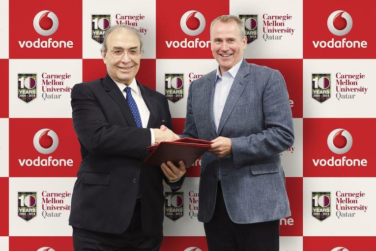 كايل وايتهيل، الرئيس التنفيذي لشركة فودافون قطر، والدكتور إلكر بيبرس، العميد والرئيس التنفيذي لجامعة كارنيجي ميلون في قطر